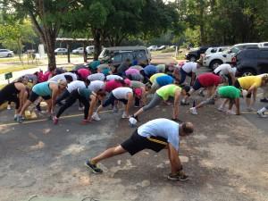 Exercícios de alongamento são fundamentais antes de inciar a caminhada.
