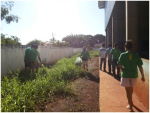Os estudantes da EE Profª Catarina de Abreu fazem vistoria na escola