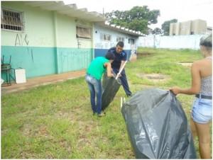 Estudantes da EE Dolor Ferreira de Andrade limpam área que será utilizada em horta.