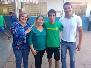 Wesley com as diretoras Maria Luiza e Rosemere e o professor Elton