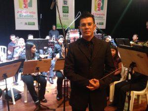 Professor Waldomiro e a orquestra da EE Amando de Oliveira.