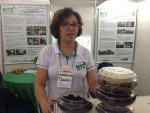 Professora Neuraci e a réplica do sistema de compostagem utilizado na EE Bom Jesus.