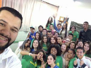Professor Alan e a turma de ensino médio da EE Joaquim Murtinho