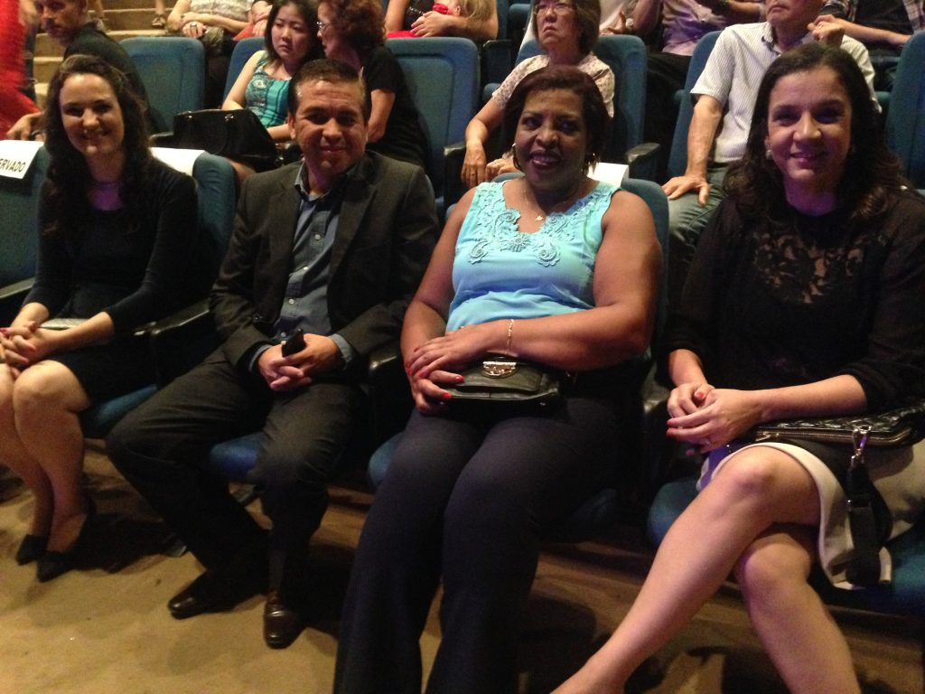 A diretora Carla, à esquerda, com o secretário-adjunto de Educação, a primeira-dama e Jovelice, nome de turma.