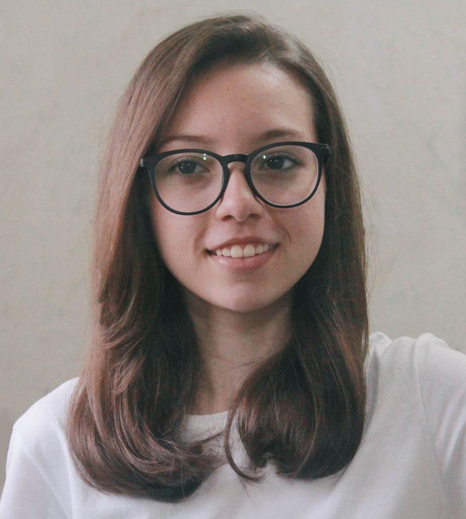 A estudante Rhayssa, autora de quatro crônicas do livro.